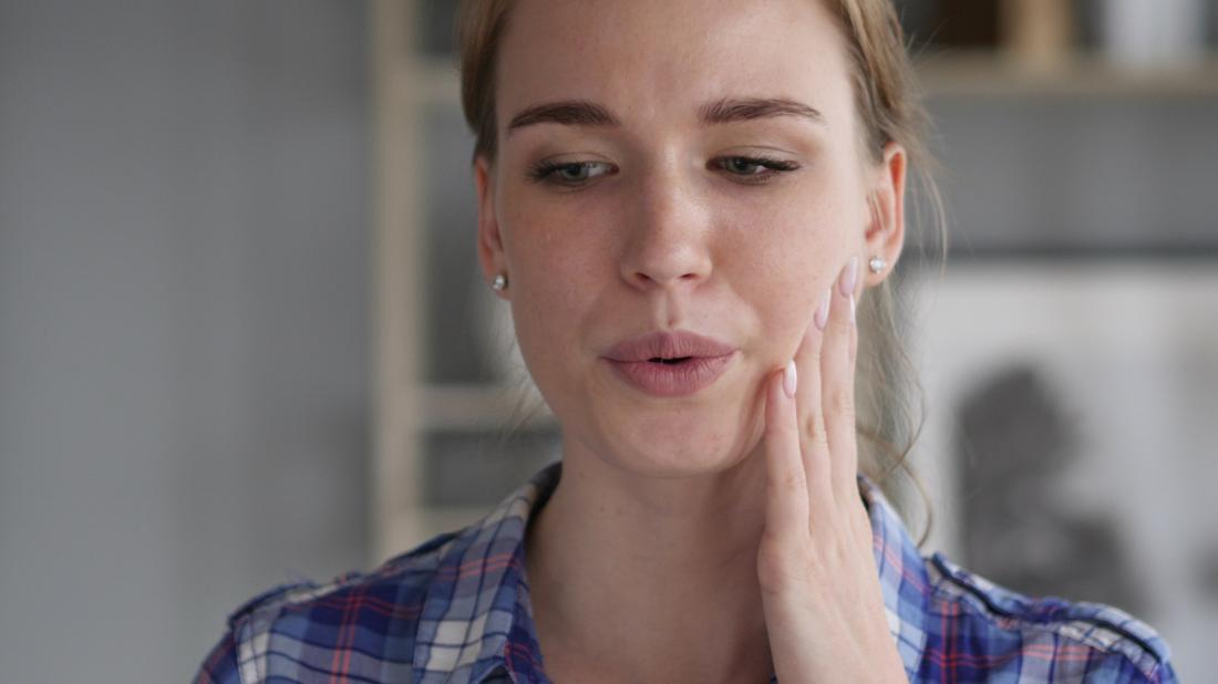 woman experiencing toothache